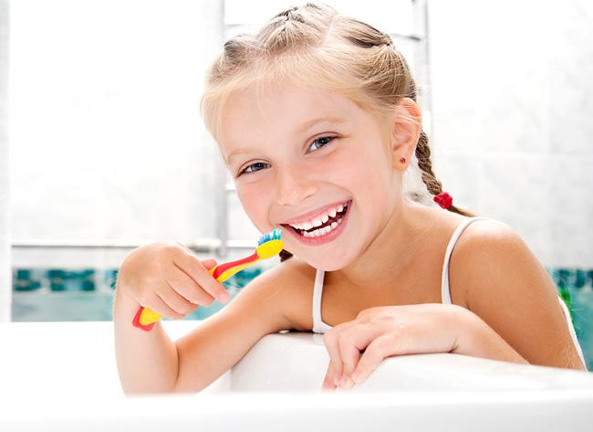 tandhygien - flicka borstar tänder
