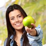 Kvinna med äpple